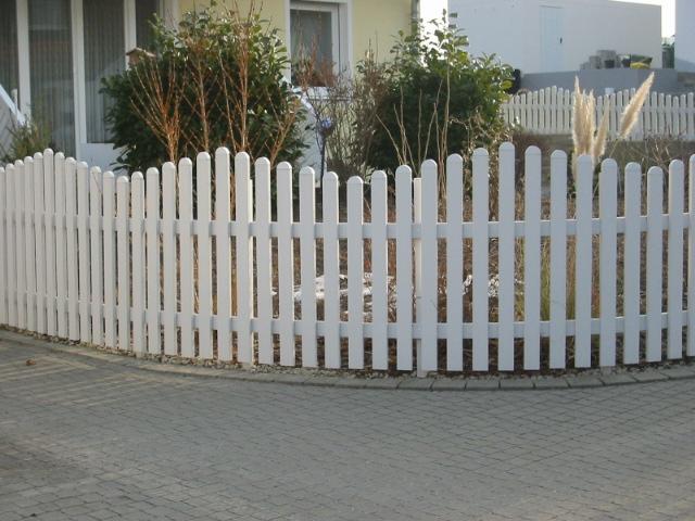 gartenzaun lattenzaun zaun aus kunststoff gerade oder geschwungen cm genau ebay. Black Bedroom Furniture Sets. Home Design Ideas